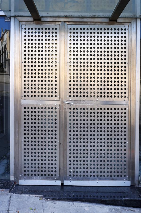 Entrada na construção moderna Portas perfuradas de aço do metal imagens de stock