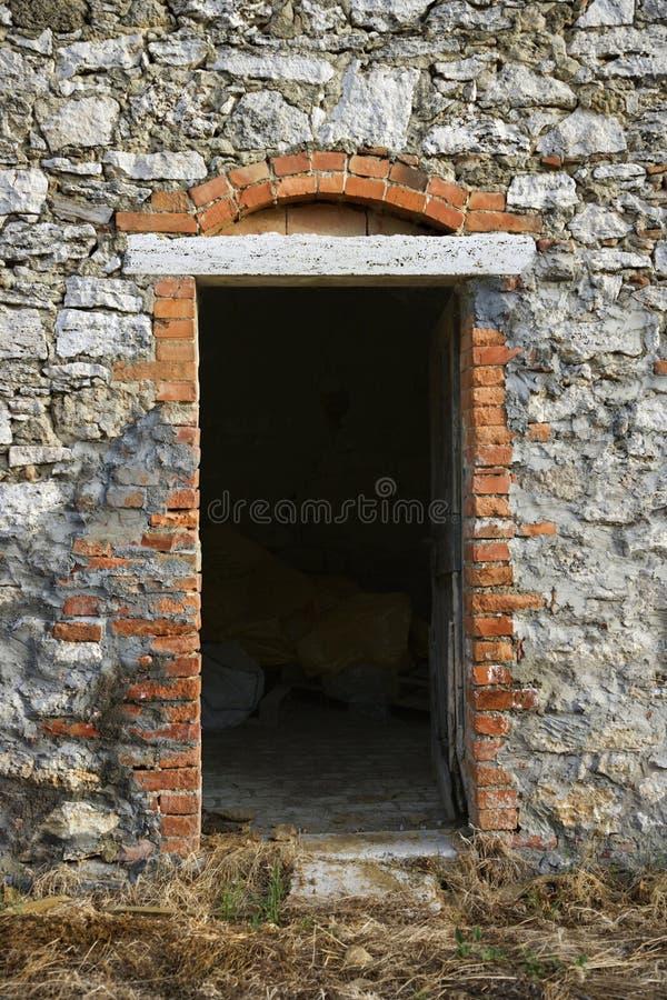 Entrada no edifício de pedra em Toscânia. imagem de stock