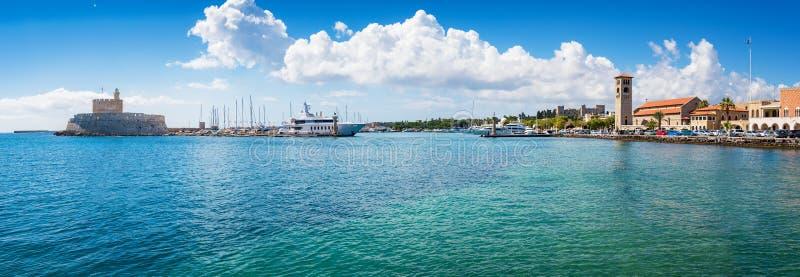 Entrada no porto de Mandraki na cidade do Rodes, PANORAMA Rhode foto de stock royalty free