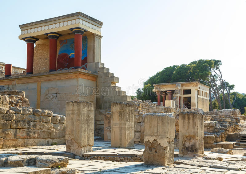 A entrada norte do palácio com fresco de carregamento do touro em Knossos na Creta, Grécia foto de stock