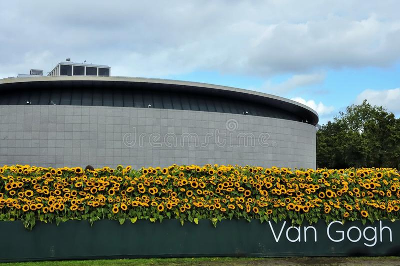 A entrada nova de Van Gogh Museum com o labyr do girassol imagem de stock royalty free