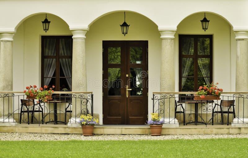 Entrada ornamental del patio trasero a la casa de señorío foto de archivo