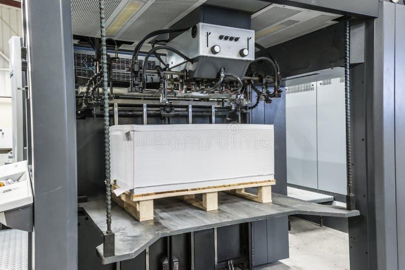 Entrada ou carga do papel nas medidas 72/102 imprimindo deslocado de uma máquina imagens de stock royalty free