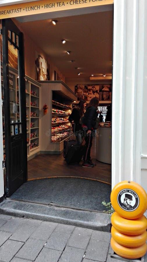Entrada ou entrada de uma loja que vende queijos holandeses locais imagem de stock royalty free