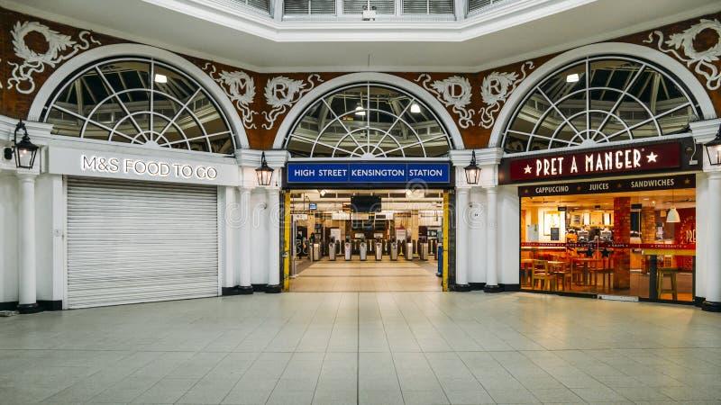 Entrada para ticket o salão da estação subterrânea de Kensington da rua principal com opções do alimento para assinantes imagens de stock royalty free