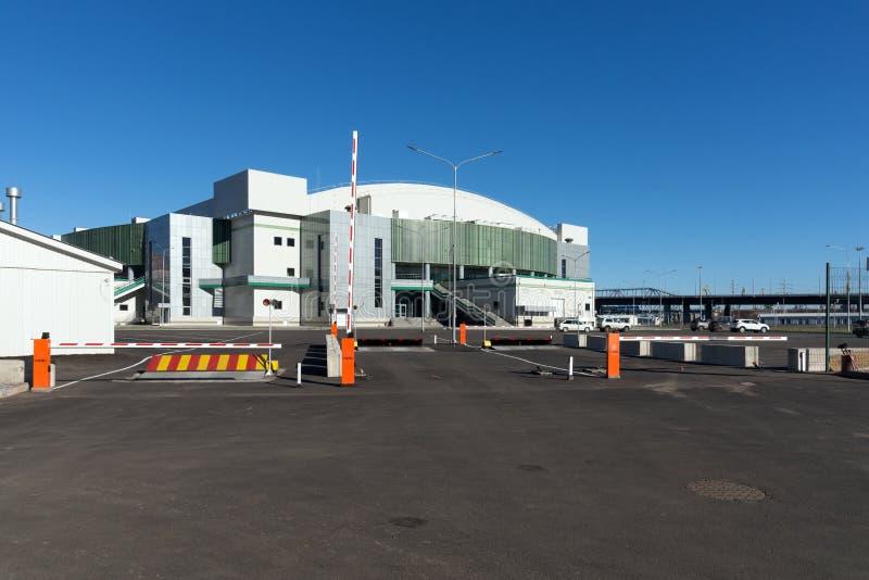 Entrada para veículos ao centro de esportes da arena do gelo da platina da cidade de Krasnoyarsk, construída para o inverno Unive foto de stock