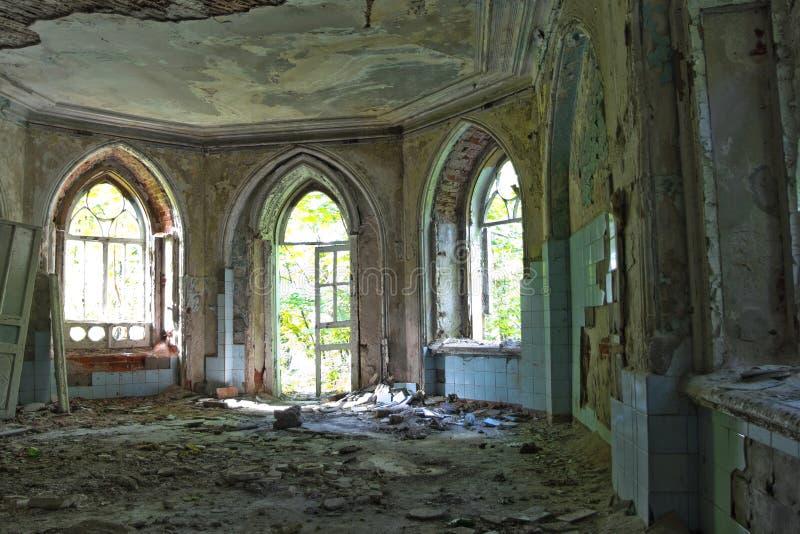 Entrada podre velha de uma mansão abandonada de Khvostov no estilo gótico imagem de stock