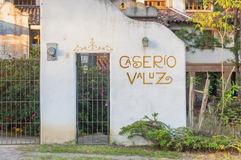 Entrada principal da pensão do país de Caserio Valuz ao hotel em Zambrano fotografia de stock royalty free