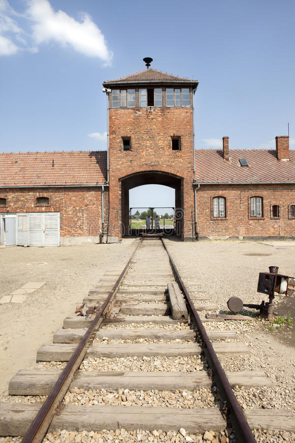 Entrada principal de Auschwitz Birkenau con los ferrocarriles. imagenes de archivo