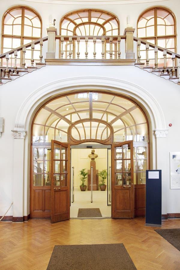 Entrada principal de una biblioteca imagenes de archivo