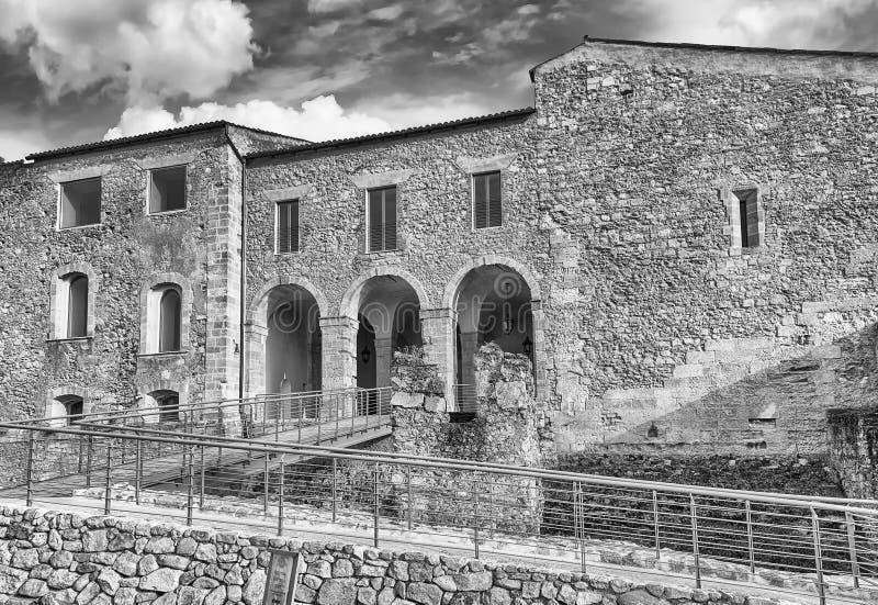 Entrada principal del castillo suabio de Cosenza, Italia fotografía de archivo
