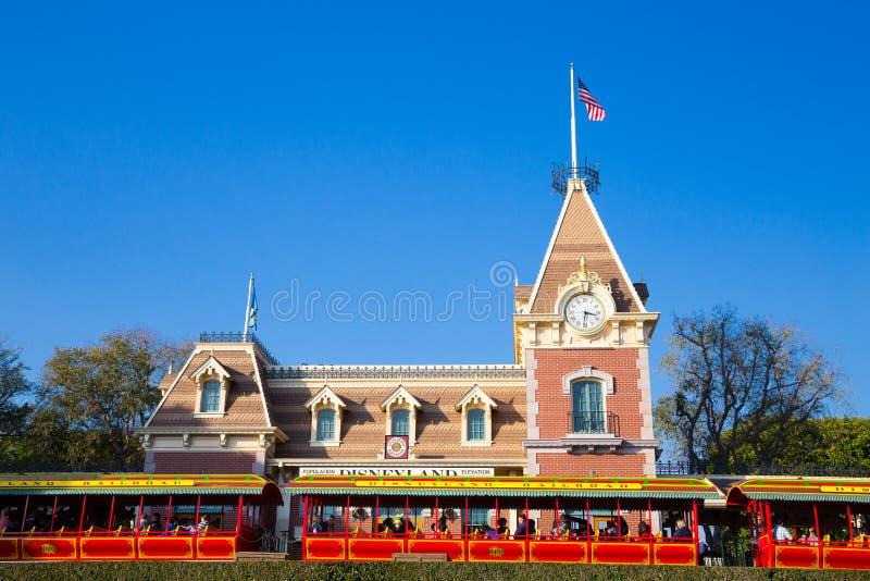 Entrada principal del ferrocarril de Disneyland foto de archivo libre de regalías