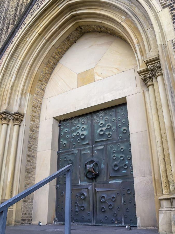 Entrada principal del St Clemens Church en Solingen, Alemania fotos de archivo