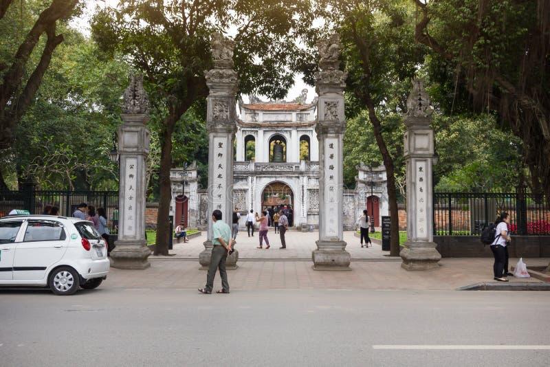 Entrada principal del templo de la universidad nacional del ` s primer de Vietnam de la literatura construida en 1070 imagenes de archivo