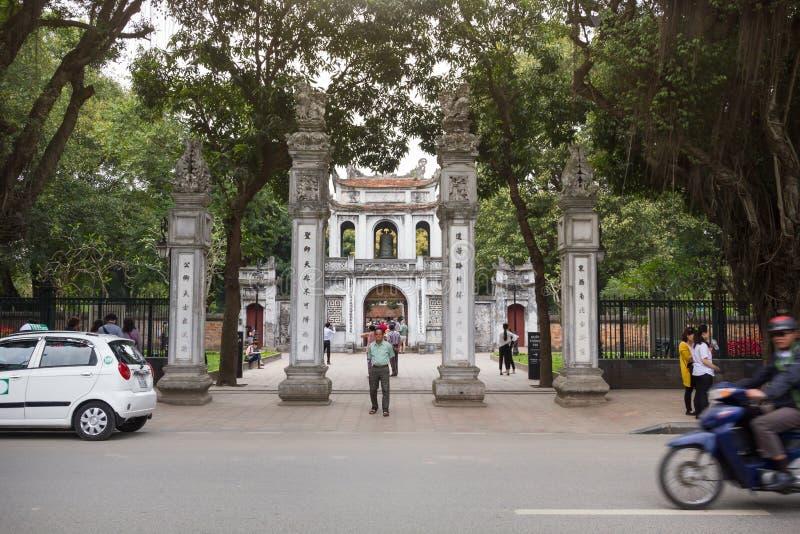 Entrada principal del templo de la universidad nacional del ` s primer de Vietnam de la literatura construida en 1070 foto de archivo libre de regalías