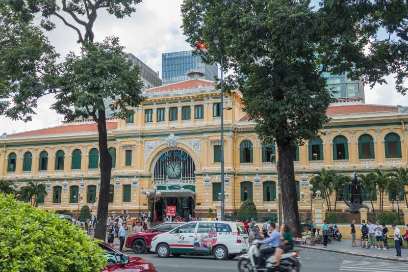 Entrada principal do escritório de Ho Chi Minh City Post, igualmente conhecida como a estação de correios central de Saigon, Viet fotografia de stock