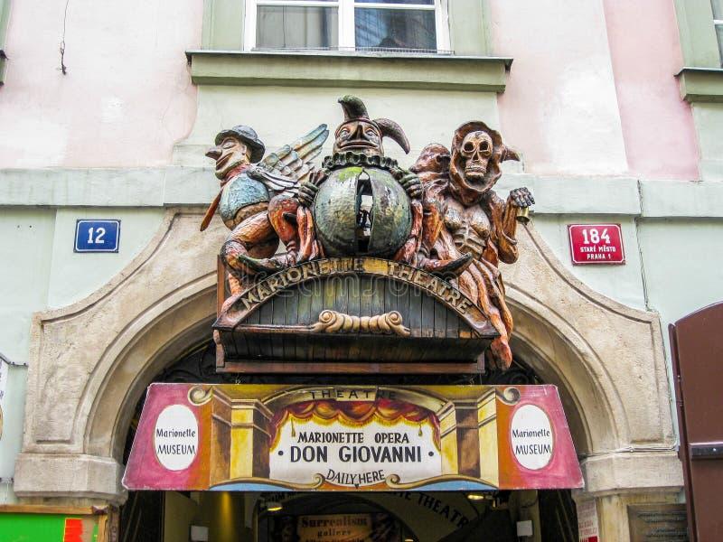 Entrada principal do teatro nacional do marionete em Praga, República Checa, detalhe foto de stock royalty free