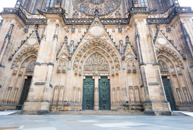 Entrada principal a la catedral del St. Vitus en el castillo de Praga fotos de archivo libres de regalías
