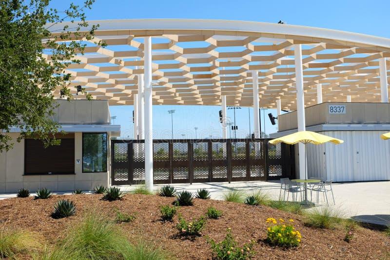 Entrada principal no grande estádio do softball do parque A facilidade ? cercada por campos adicionais imagem de stock royalty free
