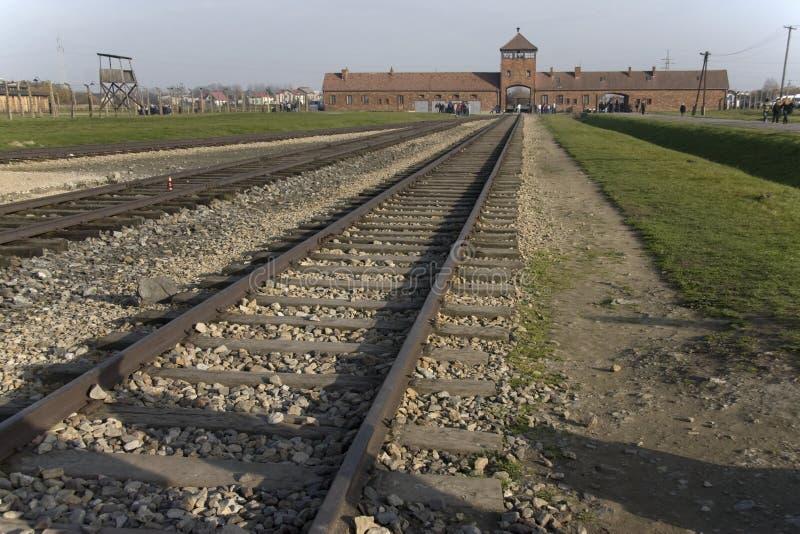 Entrada principal y carriles del campo de exterminación anterior Auschwitz-Birkenau fotos de archivo libres de regalías