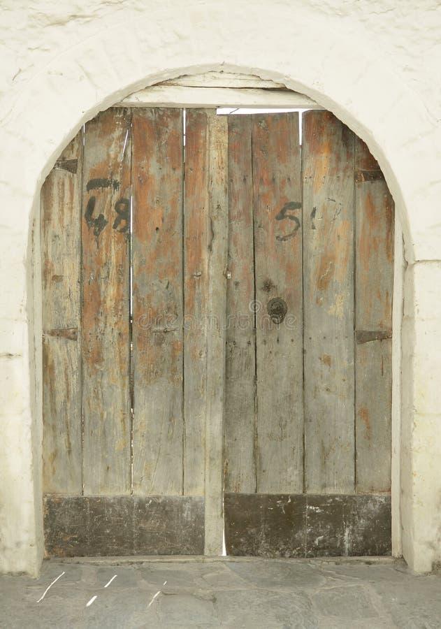 Entrada/puerta del edificio histórico, Albania, Gjirokaster foto de archivo