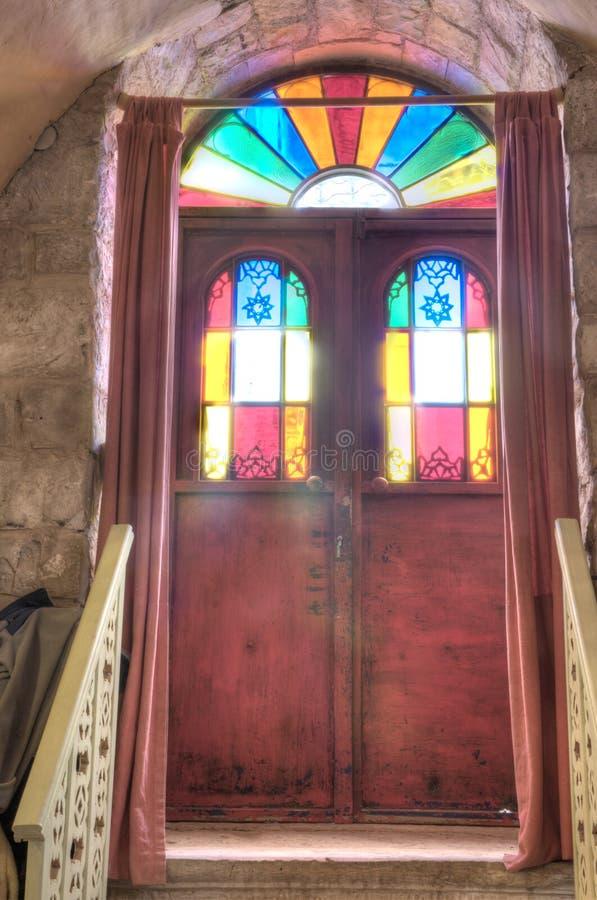 Entrada, puerta del vitral en una casa vieja fotos de archivo