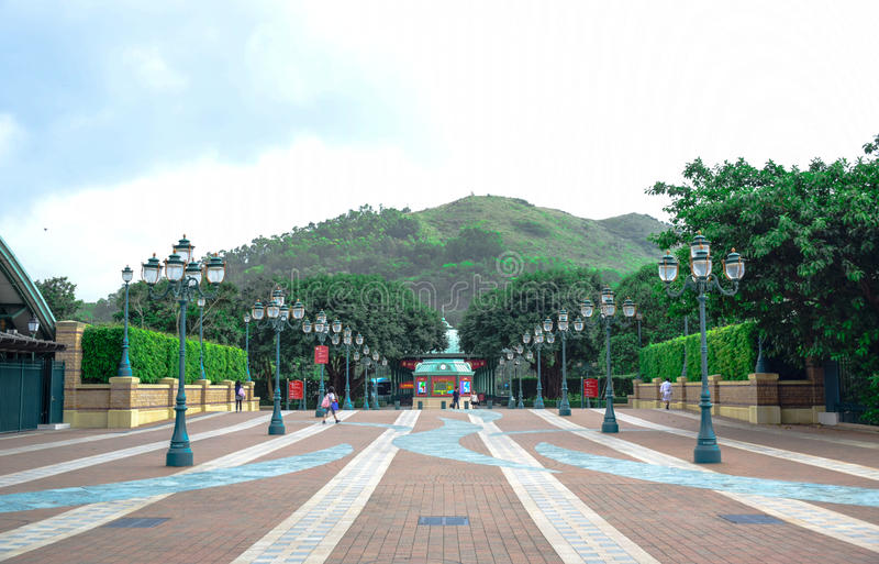 Entrada que de Hong Kong Disneyland isso conduz ao parque fotografia de stock royalty free