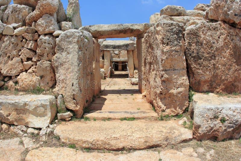 Entrada rochosa ao templo antigo de Malta imagem de stock royalty free