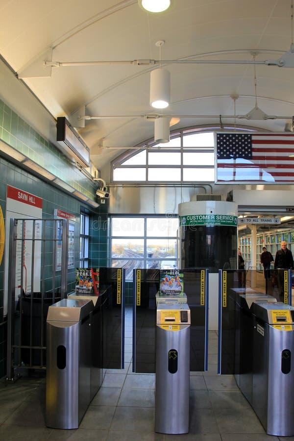 Entrada a Savin Hill Station, com os povos que vêm e que vão do estação de caminhos-de-ferro, Dorchester, massa, 2014 fotos de stock