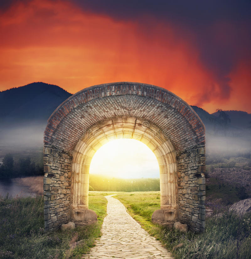Entrada soleada de la puerta misteriosa Nuevo concepto de la vida o del principio imagen de archivo libre de regalías