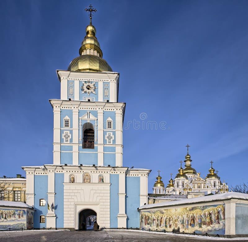 A entrada a St Michael dourou a catedral em Kiev foto de stock