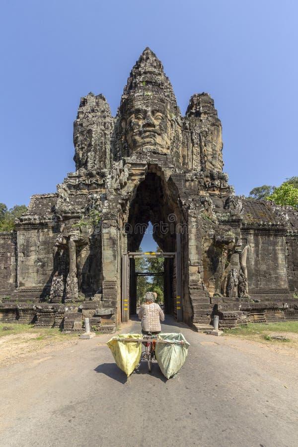 Entrada sul da porta a Angkor Thom, ao último e resistindo o capital do império do Khmer imagem de stock royalty free
