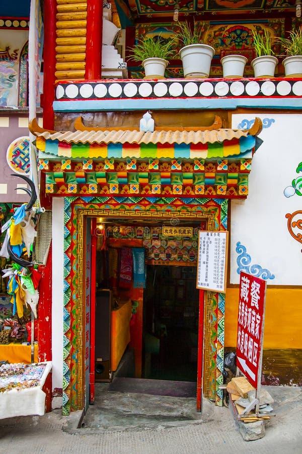 Entrada tibetana colorida fotografia de stock
