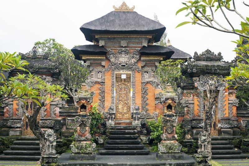 Entrada tradicional al templo hindú en Ubud, Bali imagenes de archivo