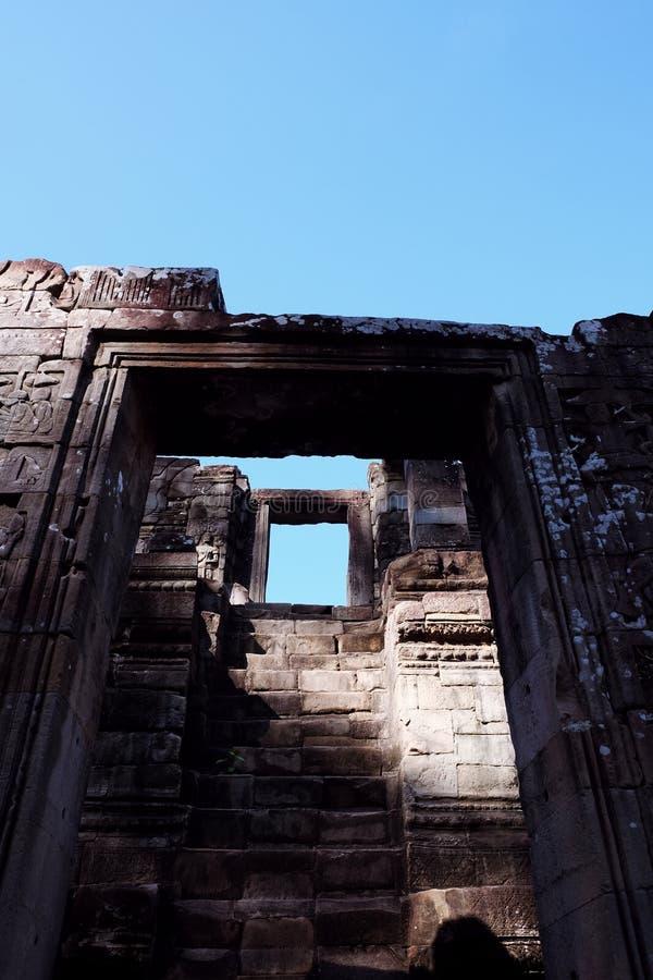 Entrada a través de la cual usted puede ver otra entrada Escalera al cielo Ruinas antiguas fotos de archivo