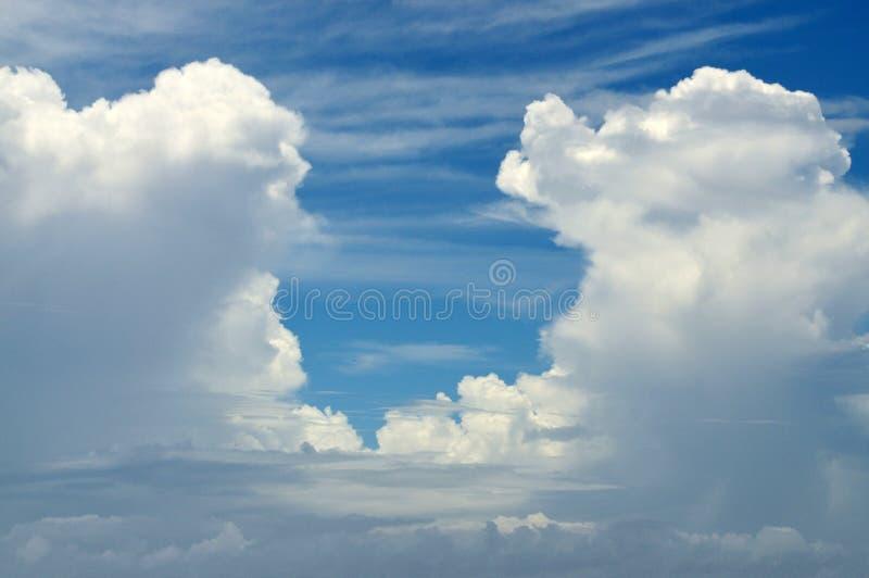 Entrada a través de las nubes foto de archivo