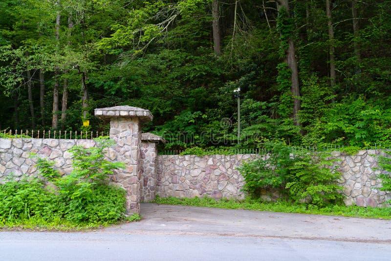 Entrada a través de las puertas al territorio bajo supervisión cercana de la cámara de seguridad en los bancos entonces de Nevers fotos de archivo libres de regalías