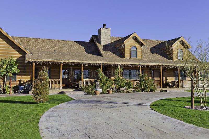 Entrada a um exterior da casa do rancho imagem de stock royalty free