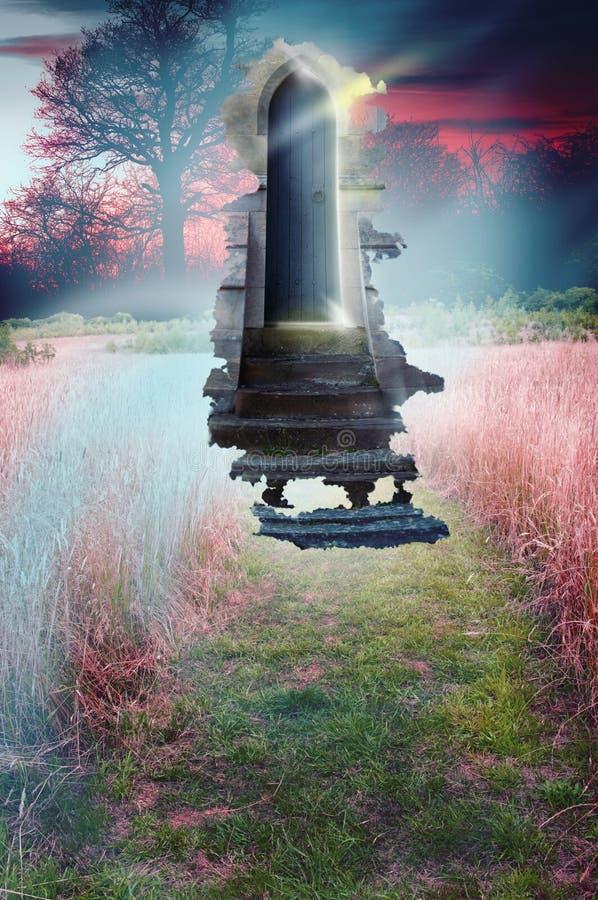 Entrada a um mundo de fantasia através de uma entrada misteriosa imagens de stock