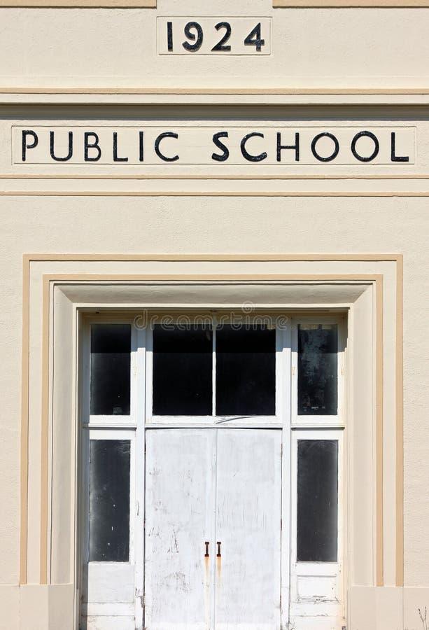 Entrada a uma escola pública do vintage, cerca de 1924 fotos de stock royalty free