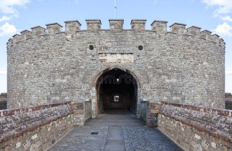 A entrada a uma torre medieval do castelo mantem-se foto de stock
