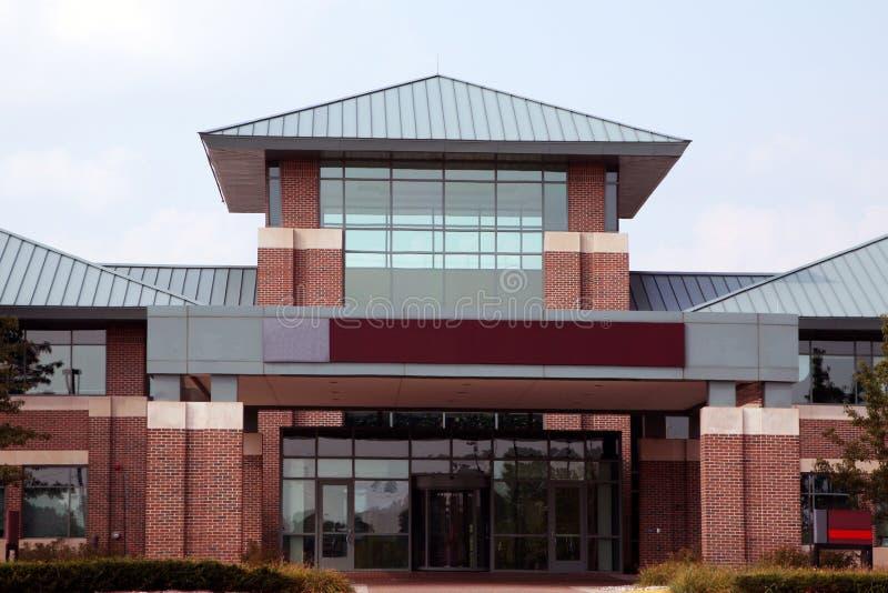 Entrada a un edificio de oficinas moderno foto de archivo