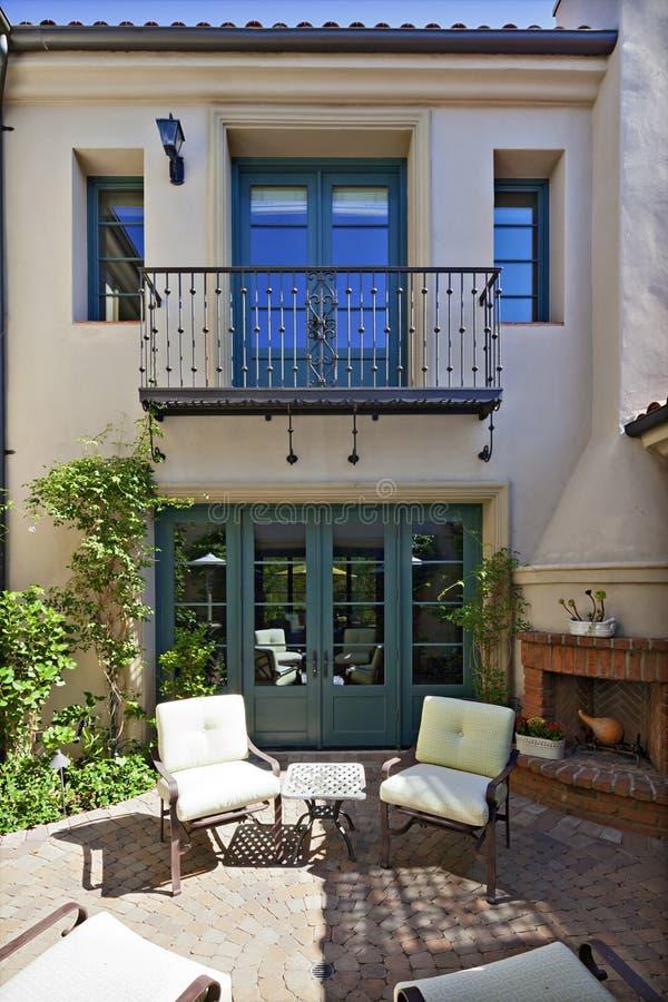 Entrada a un exterior mediterráneo hermoso del hogar imagen de archivo libre de regalías