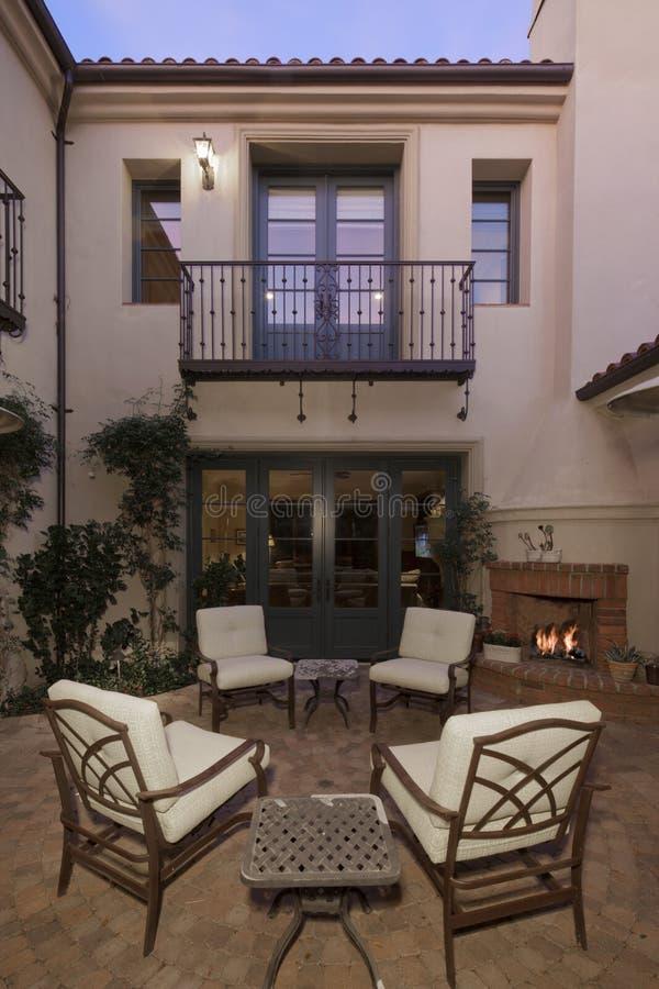 Entrada a un exterior mediterráneo hermoso del hogar fotografía de archivo libre de regalías