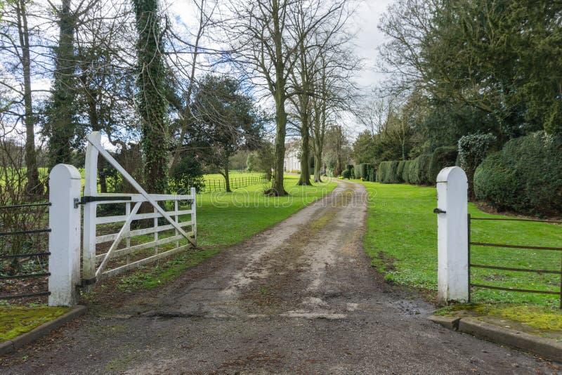 Entrada a un hogar del país en el campo foto de archivo libre de regalías