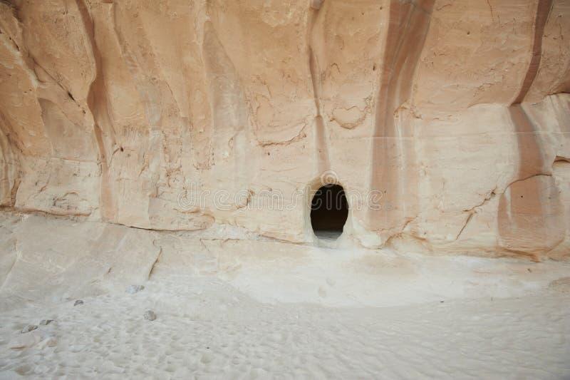 Entrada a un primer abandonado de la cueva del karst imagen de archivo libre de regalías