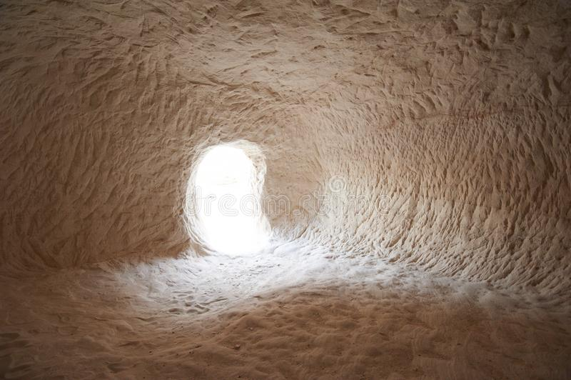 Entrada a un primer abandonado de la cueva del karst fotografía de archivo