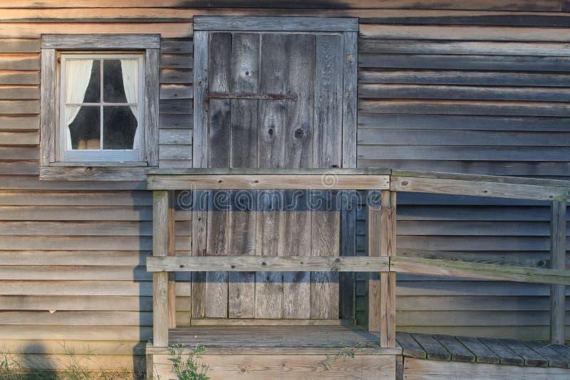 Entrada a una cabina rutic imagenes de archivo