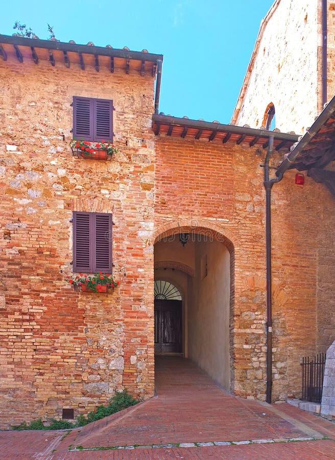 Entrada a una casa vieja en la provincia italiana de Toscana imagen de archivo