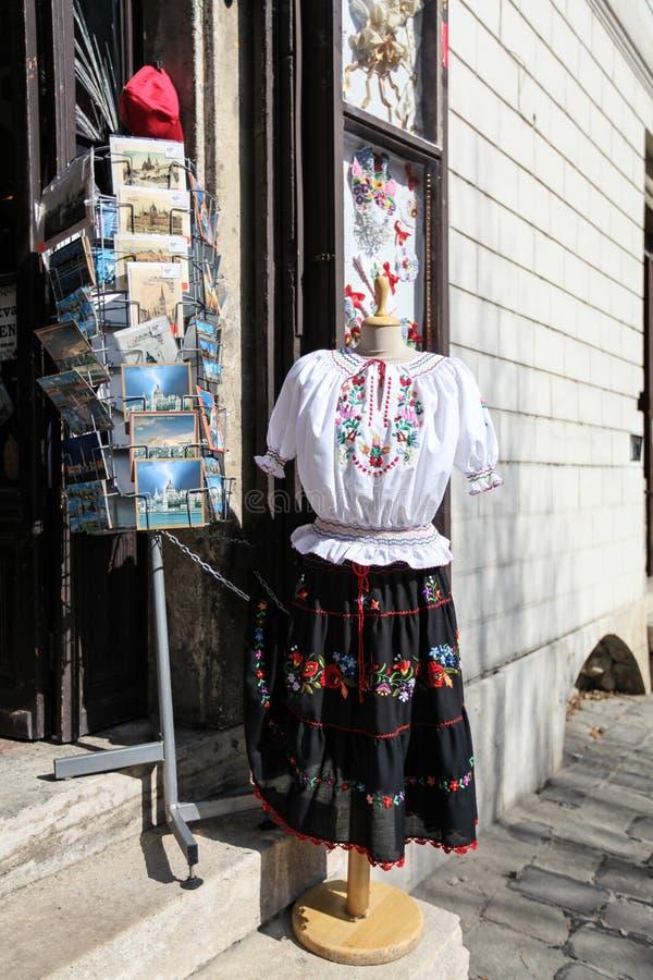 Entrada a una tienda de souvenirs en Budapest fotos de archivo